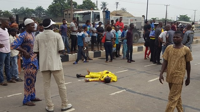 Bus crushes man to death while trying to cross the BRT lane in Ikorodu(photo)