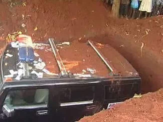 Nigerian Billionaire, Chief Ade Azikiwe Buries Girlfriend With Hummer Jeep He Promised Her Before Her Demise (Photos)