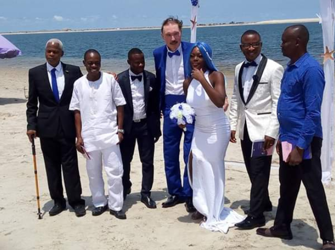 Nigerian woman gets married to an elderly White man at a beach in Lagos (photos)