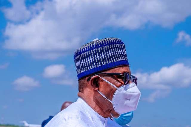 PHOTOS: Buhari Finally Wears Face Mask