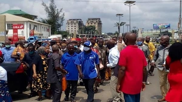 PHOTO: Suspected hoodlums attack protesting pensioners at Imo government house