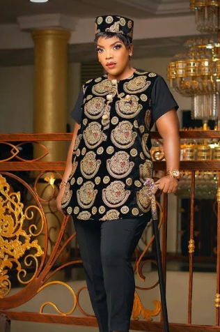 Empress and John Njamah twinning in 'Isi agwu' as they storm their brother's wedding