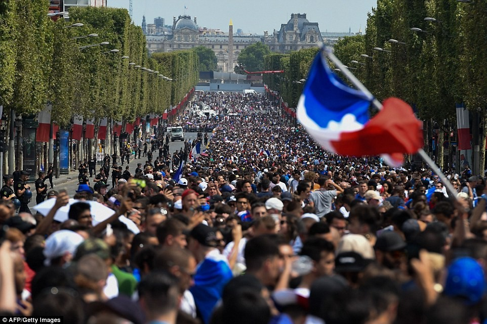 500,000 fans give France National team a heroes