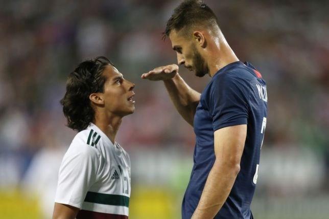chelsea-star-matt-miazga-mocks-height-of-mexicos-diego-lainez-during-friendly-match-video